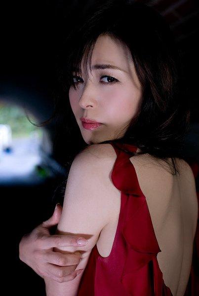 赤いドレスの横山めぐみ
